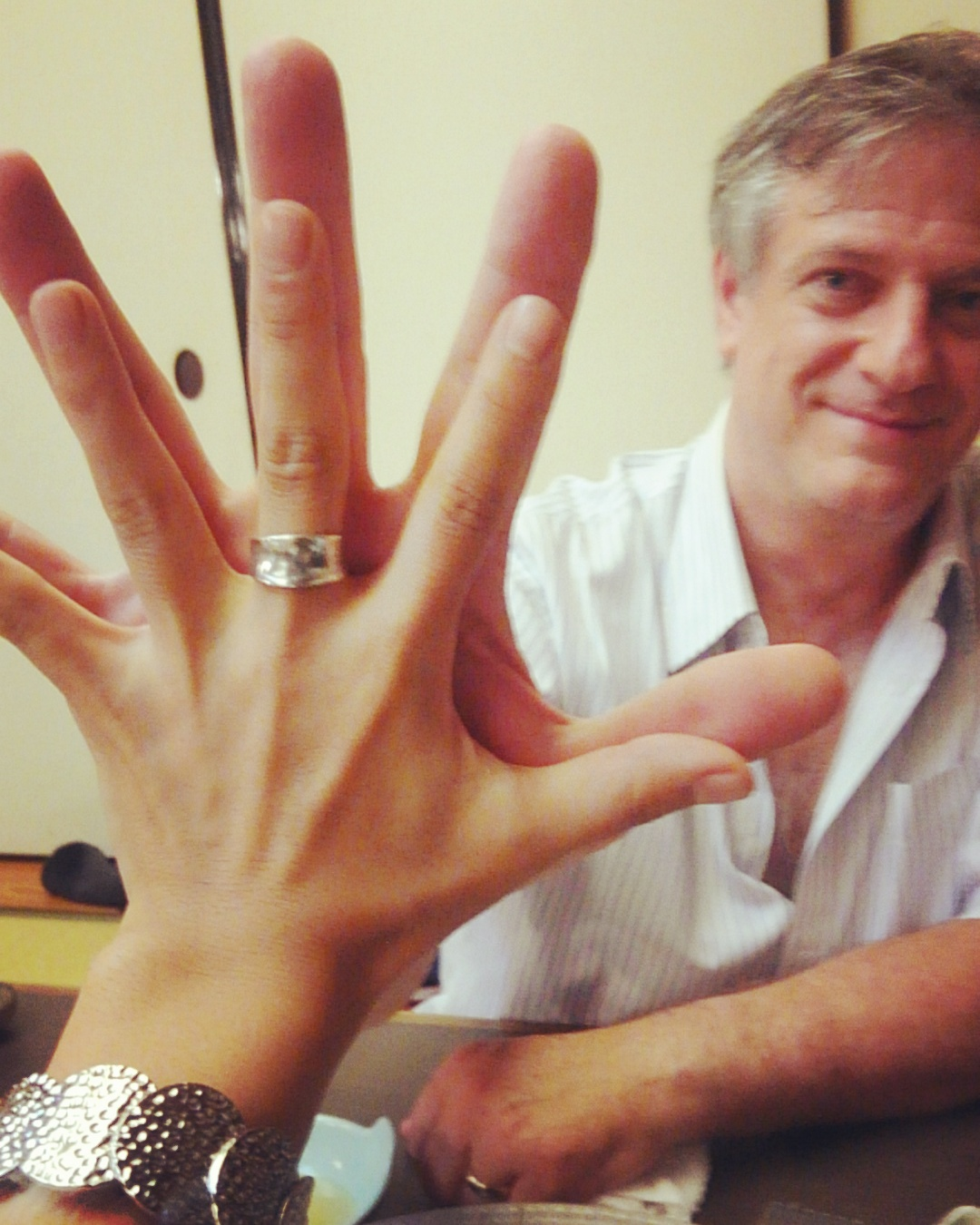 Dr.Sanet's hands is so big!!