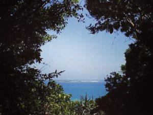 沖縄・斎場御嶽から見える神の島久高島